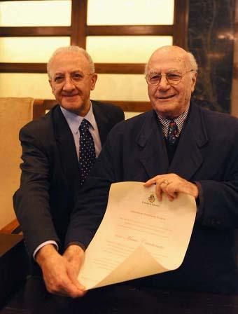 Il sindaco De Luca con Mario Carotenuto mentre riceve la cittadinanza onoraria