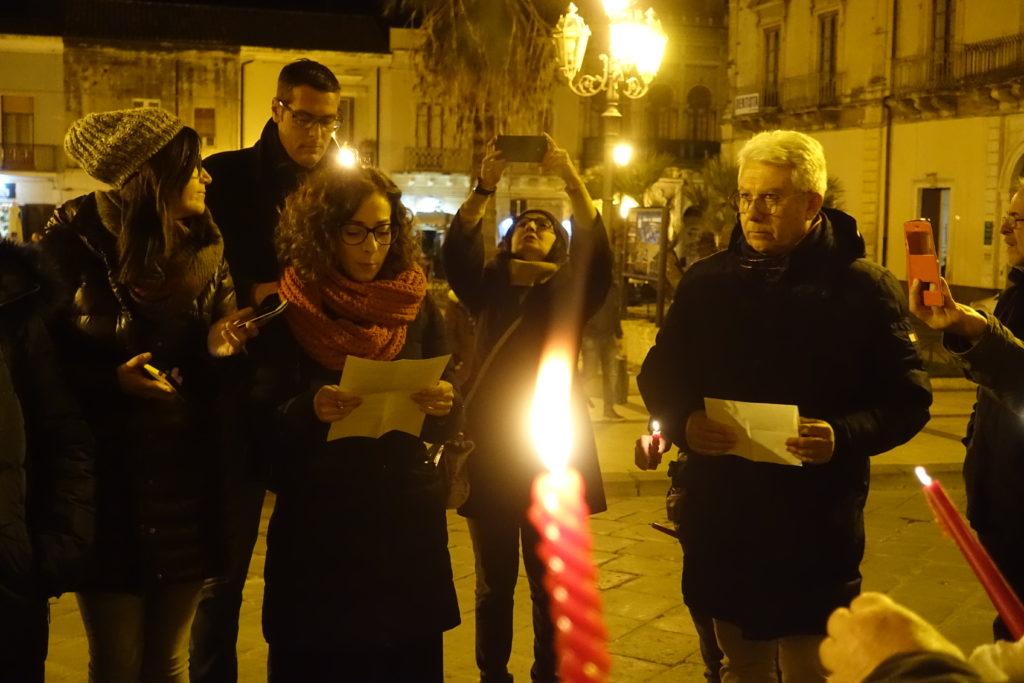 """Maria Grazia Patania, portavoce del collettivo Antigone, durante il reading di poesie """"Restiamo umani"""" sul sagrato della Matrice"""